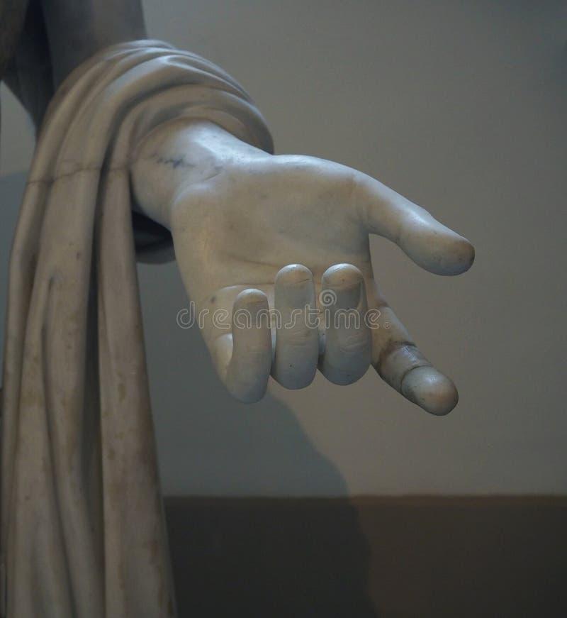 Detalj av handen från den forntida vita marblelstatymedborgaren Ar royaltyfria bilder