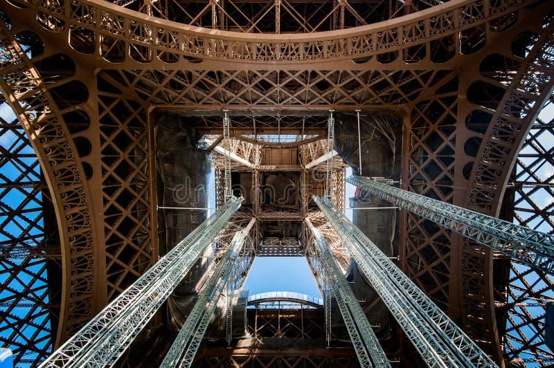 Detalj av inom mitten av Eiffeltorn arkivbild
