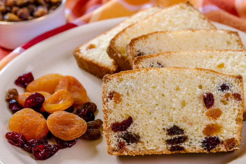 Detalj av kakan med torkat - frukt arkivfoto