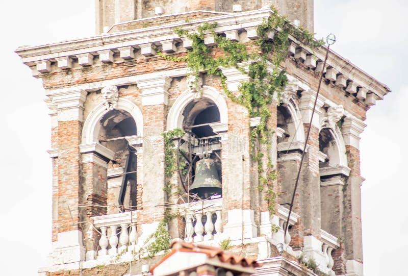 Detalj av klockatornet i Venedig det finns många kyrkor och stilen av hur de byggs en försäkrad show royaltyfria bilder