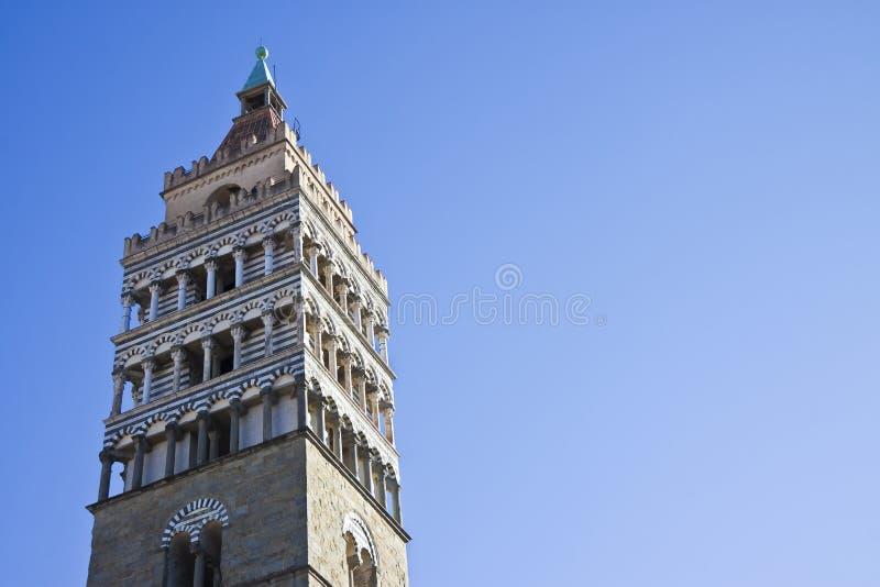 Detalj av klockatornet av kyrkan för helgonZeno domkyrka i den Pistoia staden - Tuscany - Italien - bild med kopieringsutrymme arkivbild
