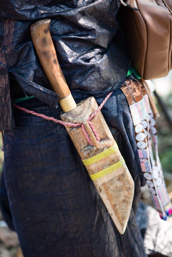 Detalj av kniven av en byinvånare som tillhör en kinesisk minorit royaltyfri foto