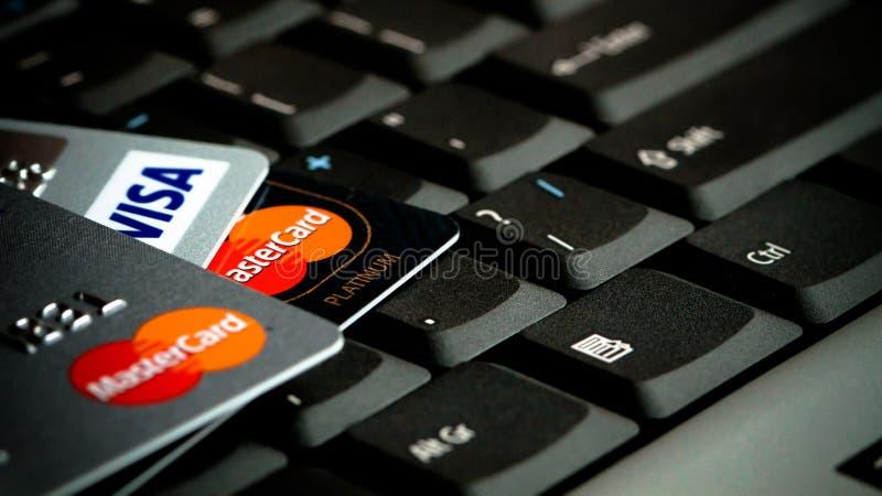 Detalj av kreditkortar över bärbar datortangentbordet Begreppsbild för databrytningen, datasäkerhet, e-kommers, kreditkortonline- royaltyfria bilder