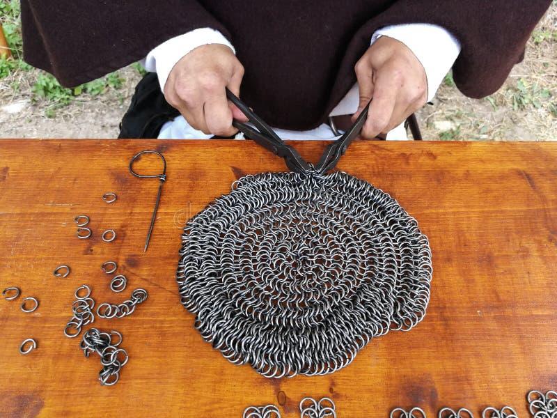 Detalj av mannen som arbetar metallen i en medeltida mässa fotografering för bildbyråer