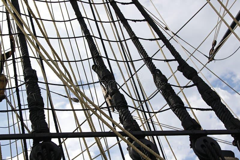 Detalj av masten av skeppet Detaljerad riggning med seglar fotografering för bildbyråer