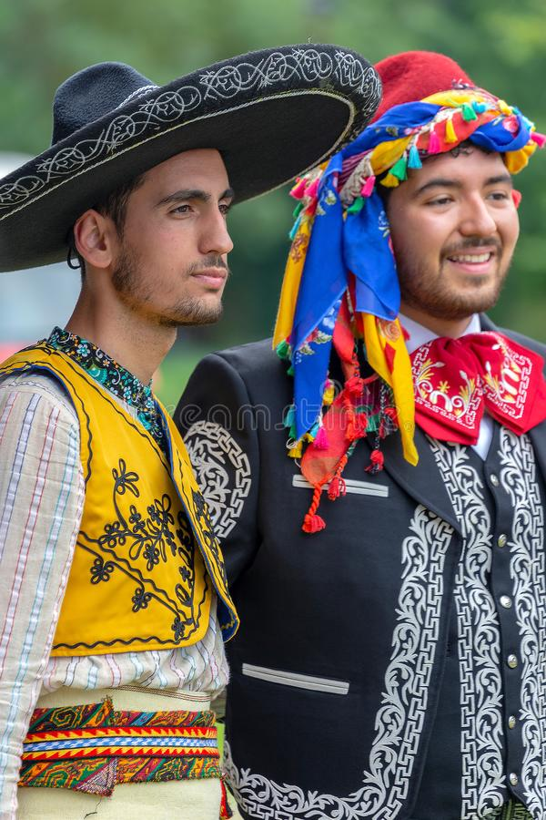 Detalj av mexicanska och turkiska folk dräkter arkivfoton