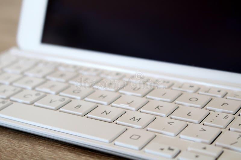 Detalj av minnestavlan med det moderna vita tangentbordet arkivfoto