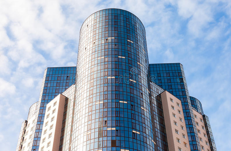 Detalj av modern högväxt hyreshus mot backgr för blå himmel royaltyfri bild