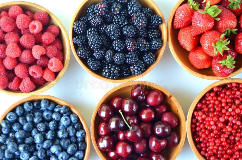 Detalj av nya sommarfrukt och bär i träbunkar royaltyfri fotografi