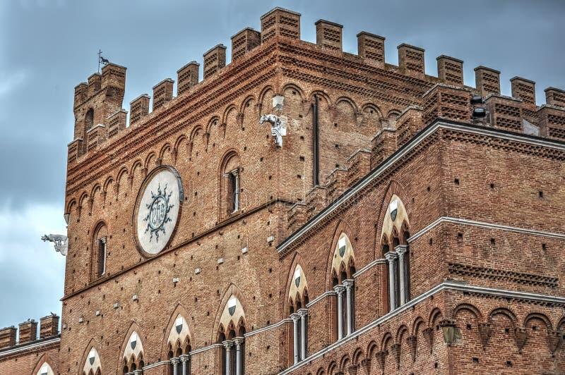 Detalj av Palazzo Pubblico royaltyfri fotografi