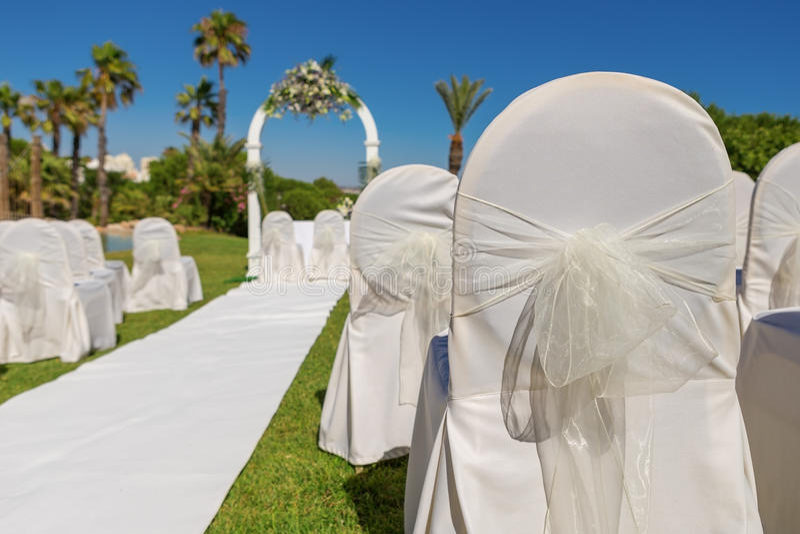 Detalj av pilbågestolgarnering för bröllopceremoni i trädgård Närbild arkivfoto