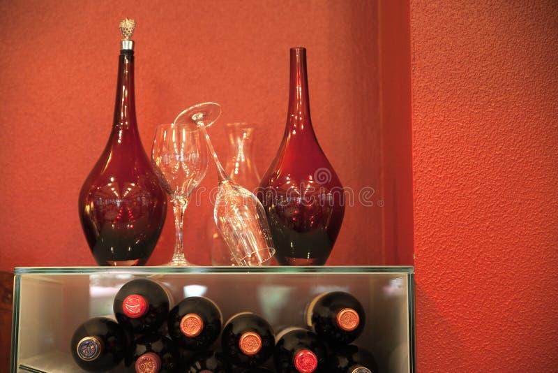 Detalj av röda flaskor och glasflaskan fotografering för bildbyråer