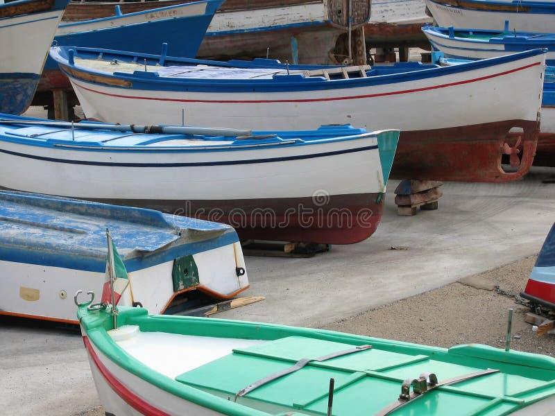 Detalj av små kulöra fartyg till jord i en port i Italien fotografering för bildbyråer