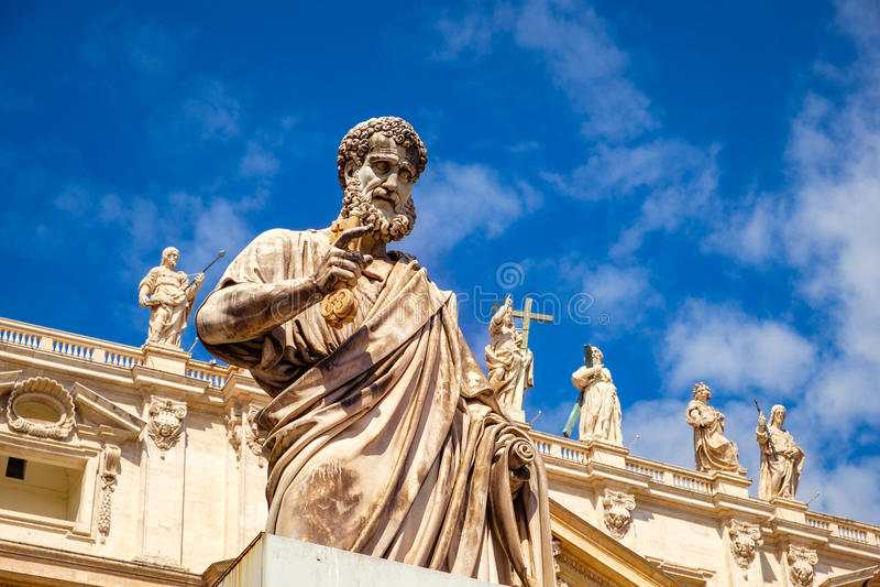 Detalj av statyn av St Peter framme av den St Peters basilikan, Vaticanen royaltyfri foto