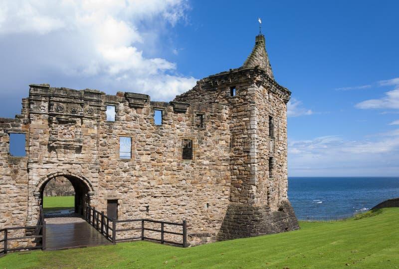 Detalj av Sten Andrews Castle i den kungliga burghen av St Andrews i pickolaflöjt, Skottland royaltyfria bilder