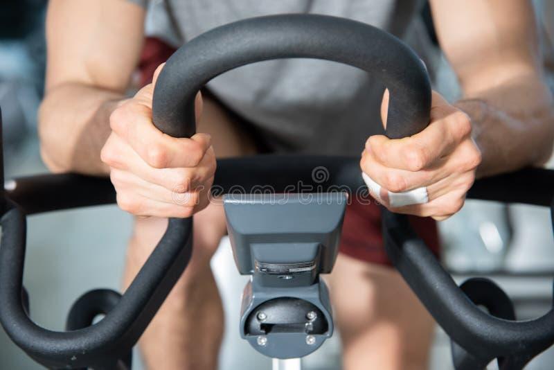 Detalj av styret av en motionscykelkondition royaltyfri foto