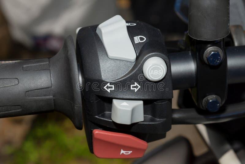 Detalj av styrningen på styret av en motorcykel fotografering för bildbyråer