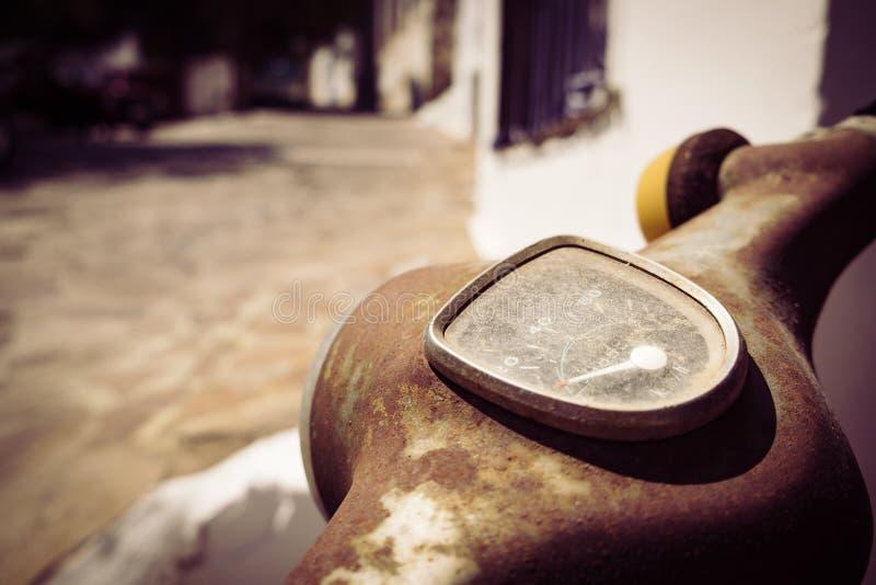 Detalj av tappningmotorcykelhastighetsmätaren i filtrerad stil royaltyfria foton