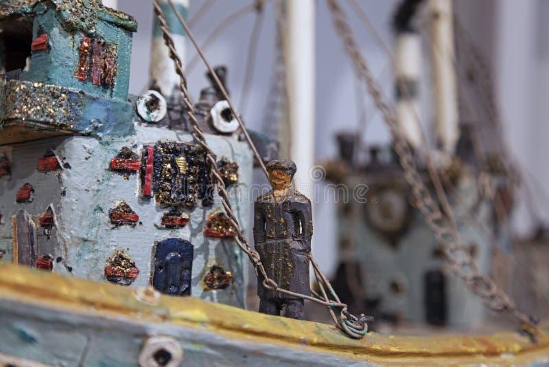 Detalj av träskulptur som visar kaptenen av ett skepp royaltyfri bild