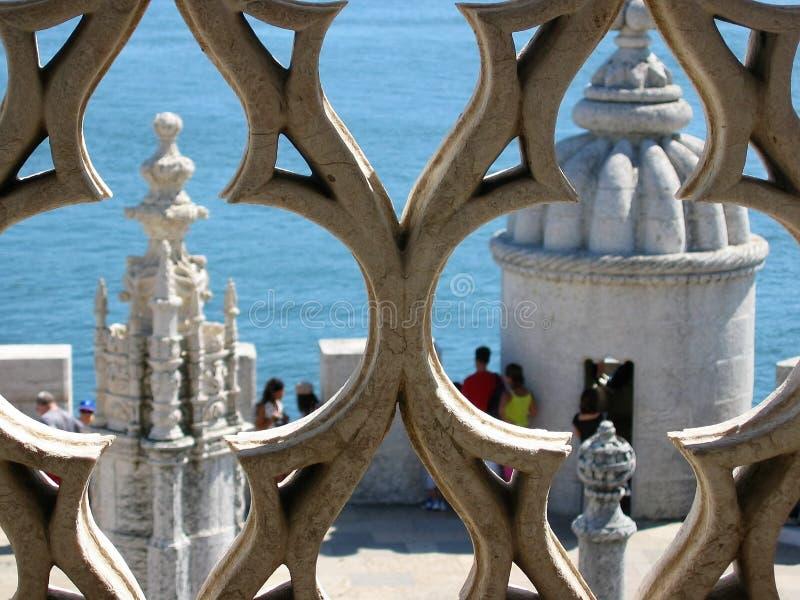 Detalj av två vita torn sedda igenom naturliga fönster av den stilPortugense manuelinoen med trots allt havet lisbon portugal arkivfoto