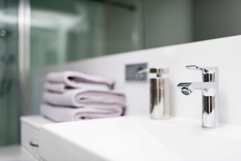 Detalj av vattenkranen i det vita badrummet fotografering för bildbyråer