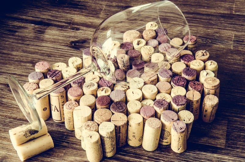 Detalj av vinexponeringsglas på korkar i filtrerad gammal tappningstil royaltyfri bild