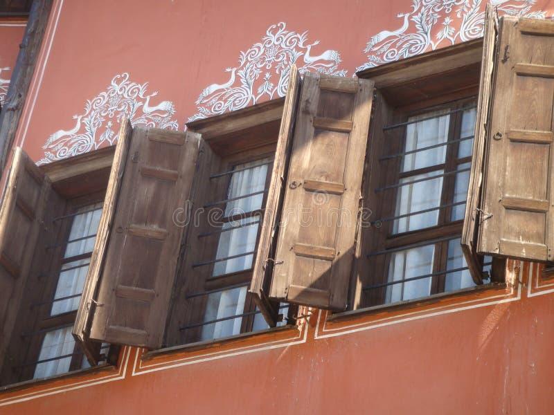 Detalj av wood fönster av de pittoreska husen av Plovdiv i Bulgarien royaltyfria foton
