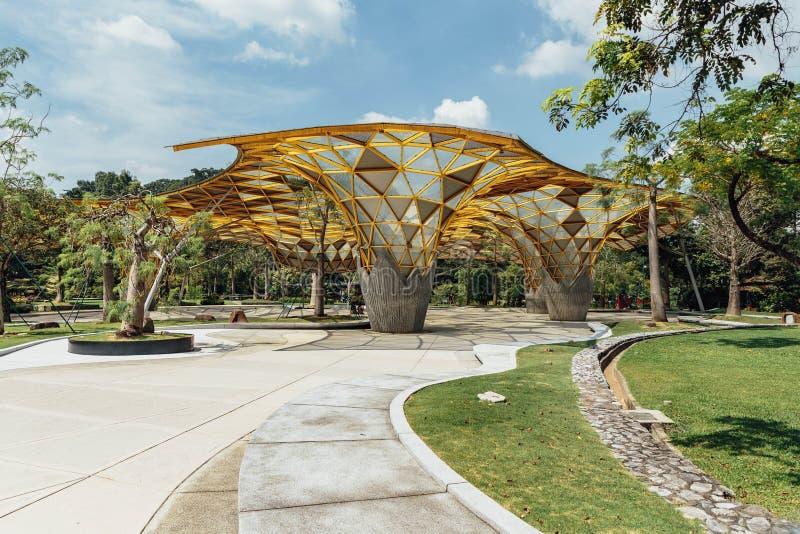 Detalj för överkant för diamantformtak av den trädgårds- paviljongen i botaniska trädgårdar för Kuala Lumpur ` s Perdana i Jalan  royaltyfri foto