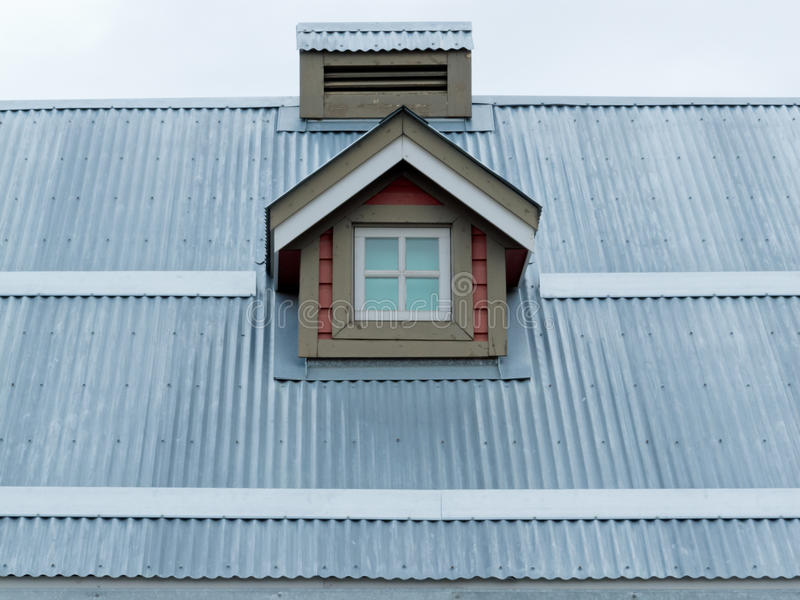 Detalj för arkitektur för vindskupefönster för metalltak liten royaltyfri fotografi