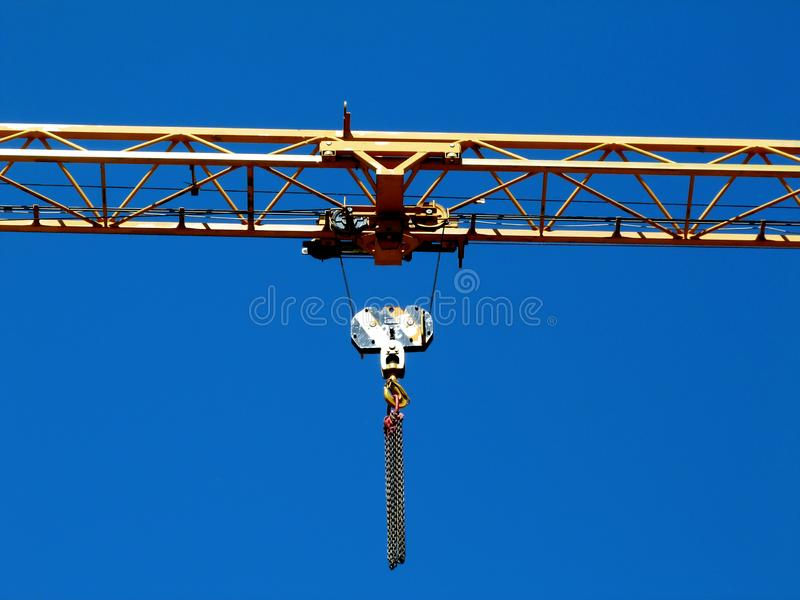 Detalj för bang för kran för gulingstålbråckband under blå himmel royaltyfri bild