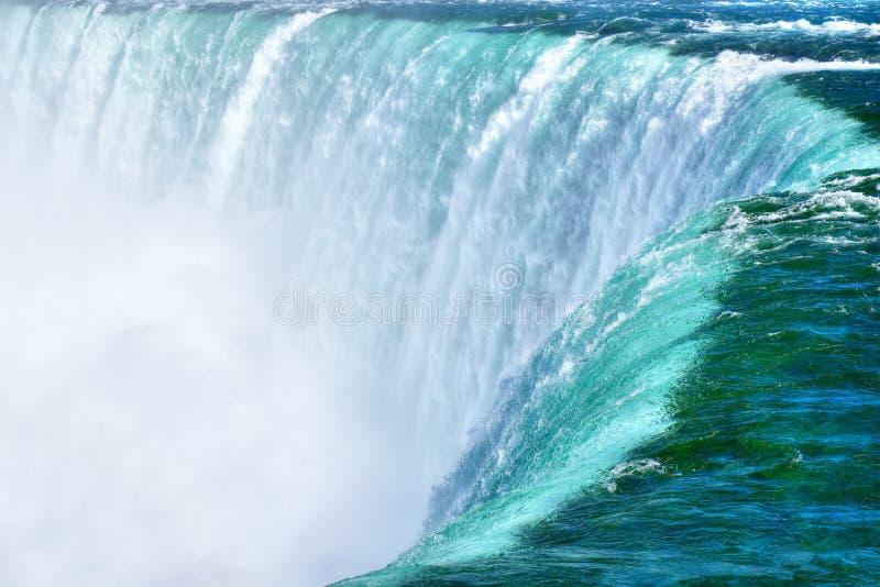 Detalj för flöda för Niagara Falls vatten, vit mistbakgrund arkivfoto