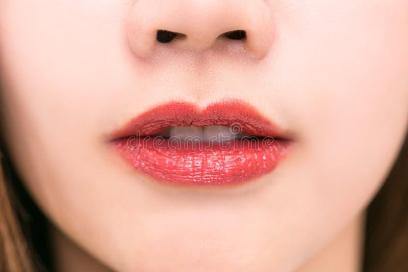 Detalj för makeup för kanter för närbildskönhet röd läppstift eller Lipgloss fotografering för bildbyråer
