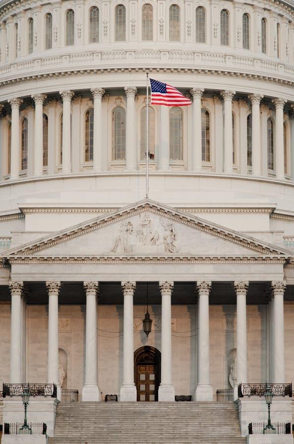 Detalj för US-Capitolkupol med US-flaggan på flaggstång - arkivbild