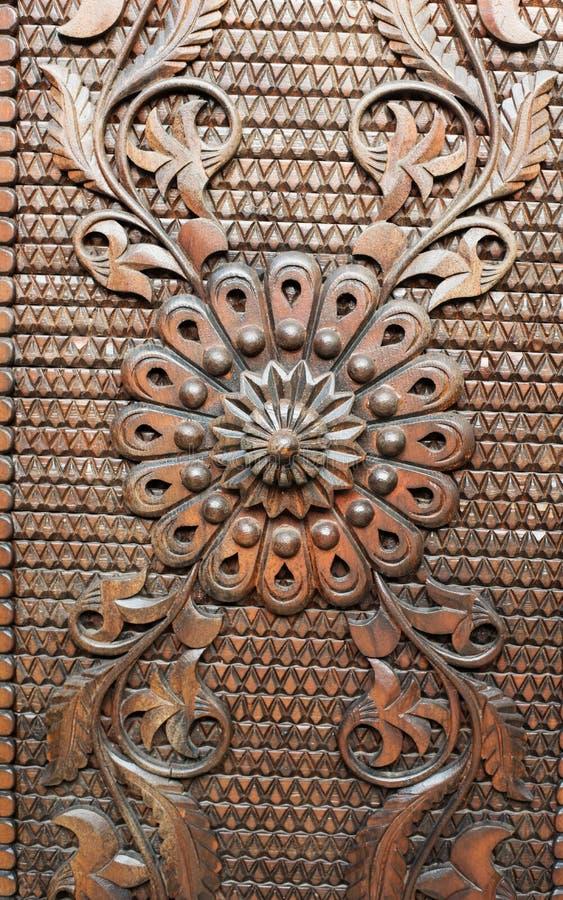 Detalj från en gammal järnmetalldörr Närbild av prydnaden Texturera bakgrund arkivfoto