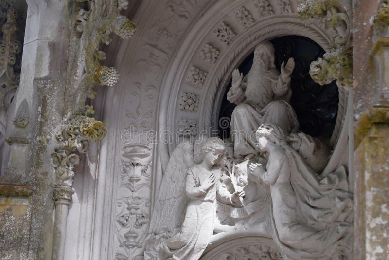 Detalj i parkera - gammal stenstaty med änglar, Quinta da Regaleira i Sintra royaltyfri foto