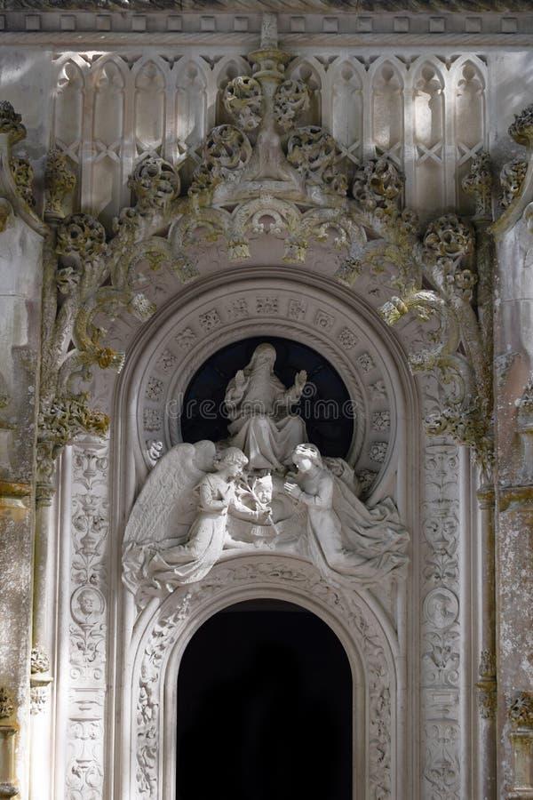 Detalj i parkera - gammal stenstaty med änglar, Quinta da Regaleira i Sintra, Portugal royaltyfri bild
