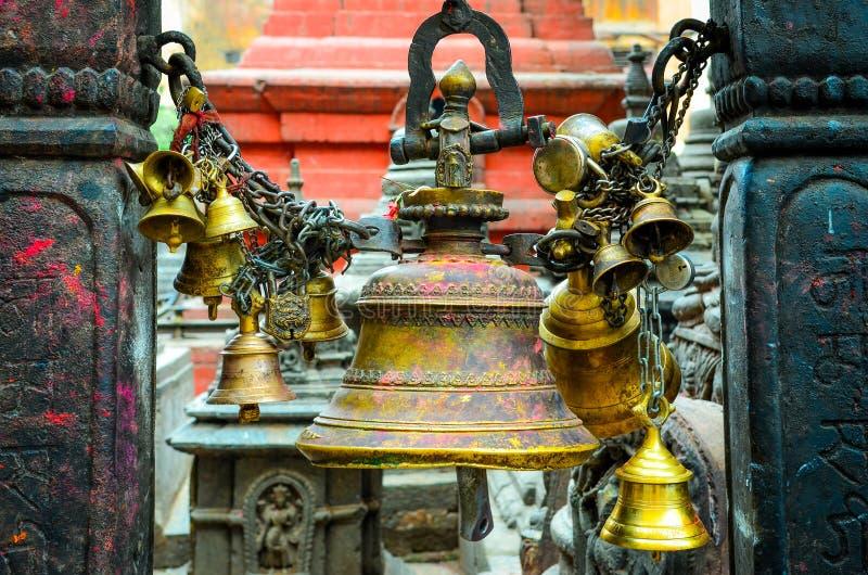 Detaljen av bönen sätter en klocka på i den buddistiska och hinduiska templet, Katmandu royaltyfri bild