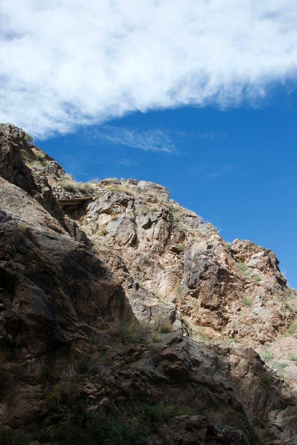 Detaljen av berget vaggar, delen som är solig och delvis skuggas arkivbild