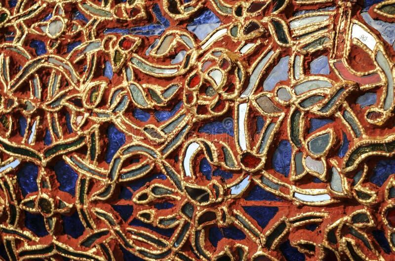 Detaljen av den härliga gamla abstrakta keramiska mosaiken smyckade byggnad royaltyfria foton