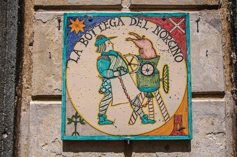 Detaljen av den idérika plattan som målas i sten, från ett kött, shoppar i en gränd av Orvieto royaltyfria bilder