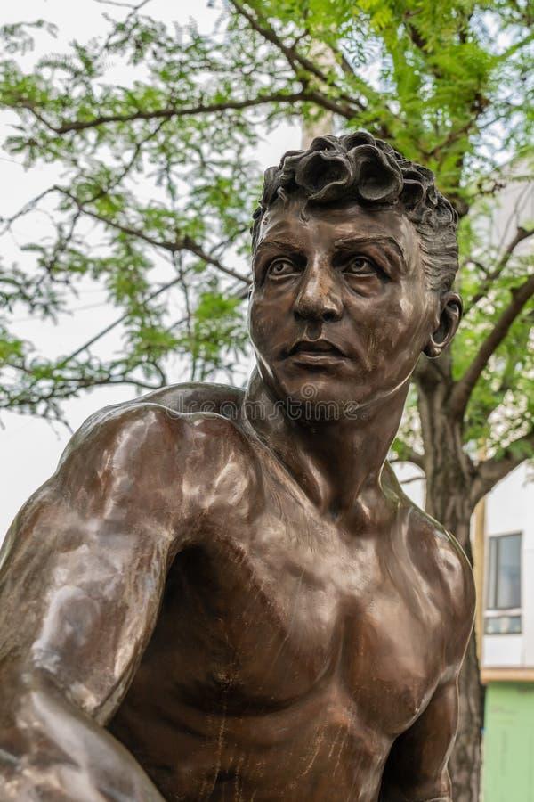 Detaljen av den mellanvikts- kämpen Joey Giardello brons statyn arkivbild