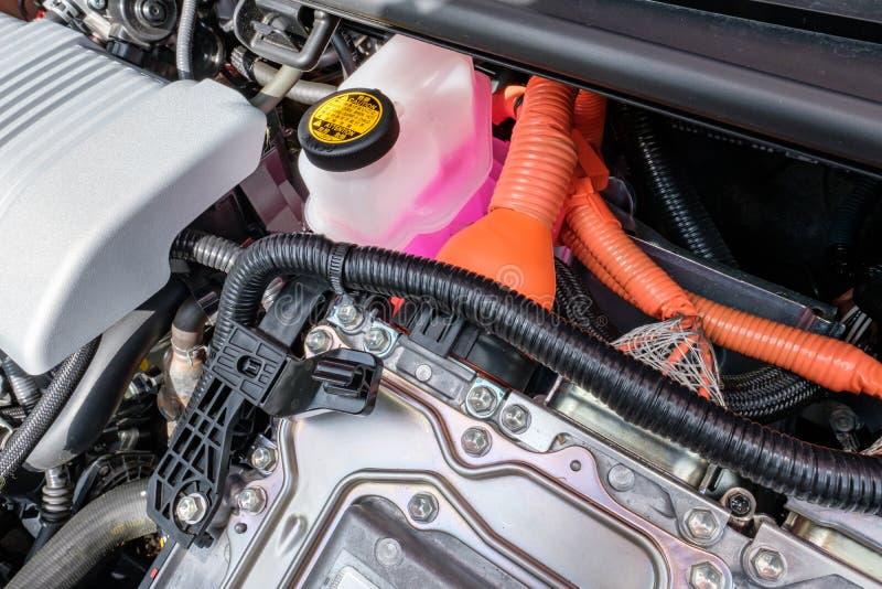 Detaljen av en tillverkad japan, det hybrid- medlet som visar dess motorfjärd och rosa färger, färgade kylmedlet royaltyfri fotografi