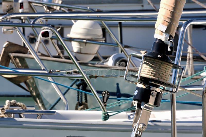 Detaljen av enrulla ihop klyvare av en segelbåt förtöjde i harboen royaltyfria foton