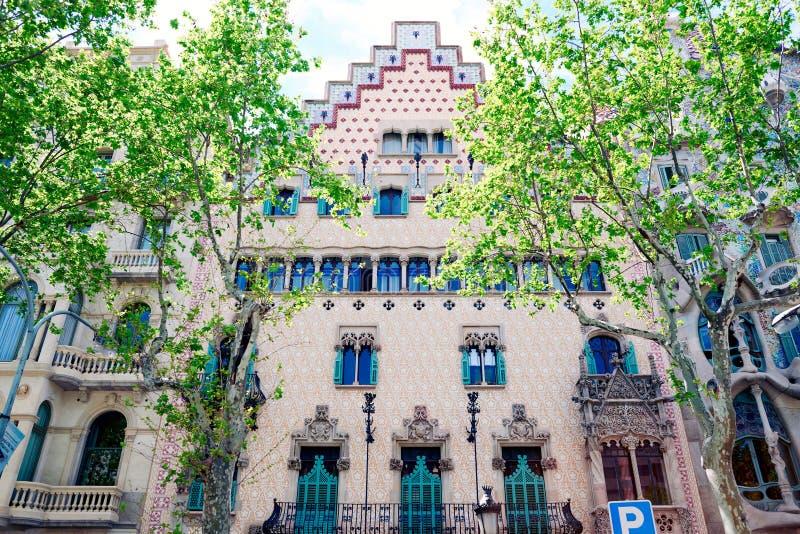 Detaljen av fasaden av det modernistiska huset kallade Casa Amatller som lokaliserades i Manzanaen de la Discordia som förbi plan royaltyfria foton