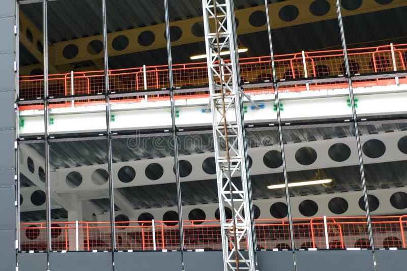 Detaljen av konstruktionsplatsen av en metall inramad stor byggande utveckling med hissar att köra upp yttersidan fotografering för bildbyråer