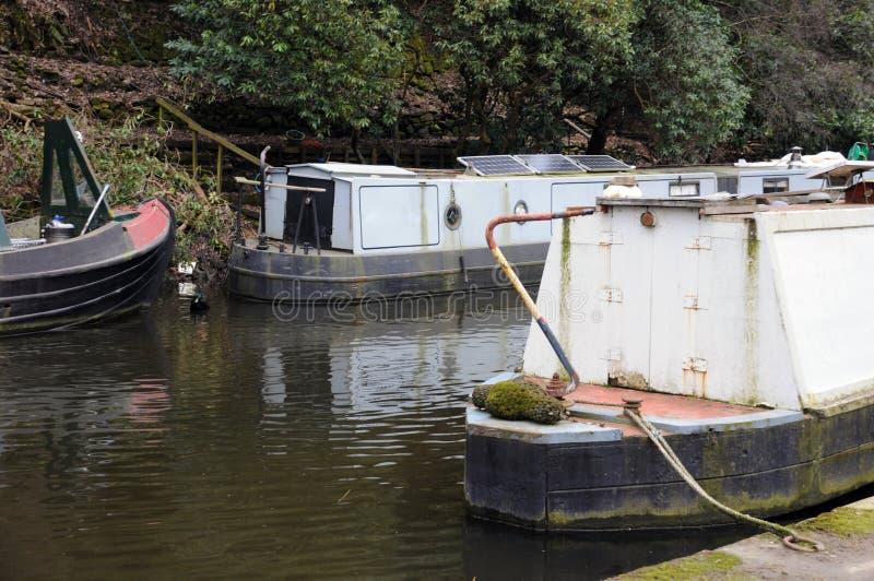 Detaljen av narrowboats och pråm förtöjde på en kanal arkivbild