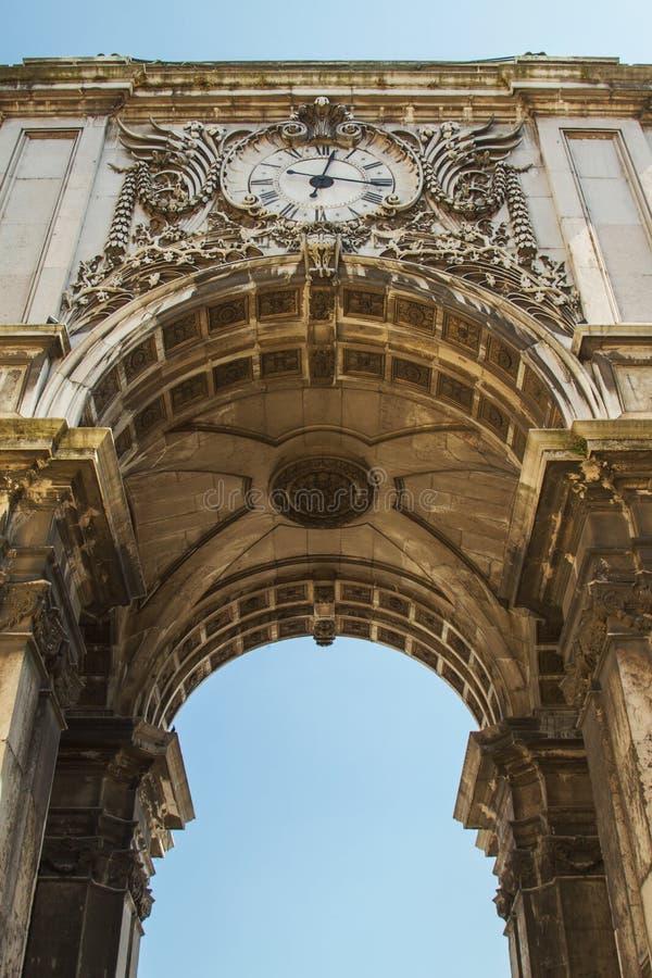 Detaljen av Rua Augusta Arch, Lissabon, Portugal fotograferade från låg punkt royaltyfri foto