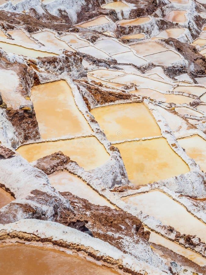 Detaljen av saltar terrasser i saltar pannor av Maras, salineras de Maras nära Cusco i Peru, saltar miner som göras av mannen royaltyfri bild