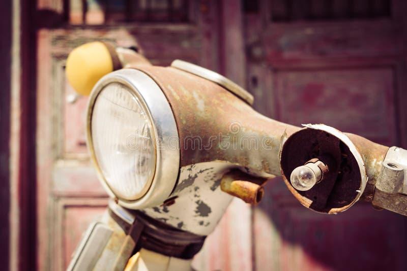 Detaljen av tappningmotorcykeln med borken ljus i filtrerad stil arkivfoton