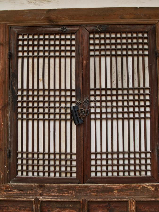 Detaljen av traditionell koreansk arkitektur, trä inramade fönstret arkivbild